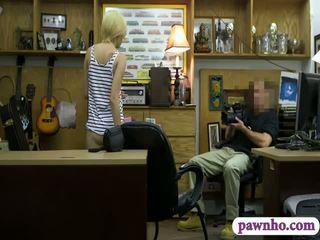 Karstās blondīne pounded līdz nejaukas pawn dude uz the slepenā istaba