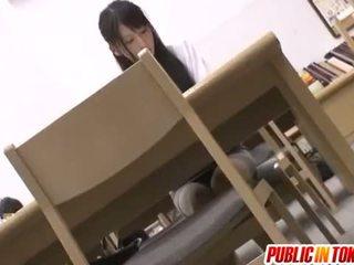Japans hottie in school- uniform getting sommige op zen hondjes