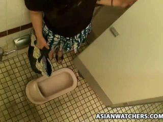 Aziatisch schoolmeisje masturbates in haar schools badkamer