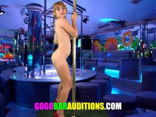 School- meisje needs geld zo ze auditions bij een striptease bar