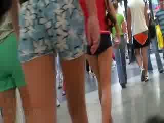 The kimainen video- featuring the koko yhtiö of amatööri dolls wearing the seksikäs pants