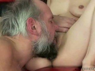 Grootvader neuken en urineren op sexy meisje