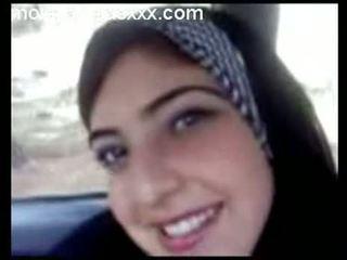جذاب عربي في سن المراهقة عرض الثدي في سيارة