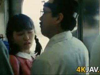 女孩 gets 摸索 上 一 火車