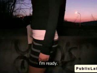Fake agent fucks amatérske dievča outdoors na noc