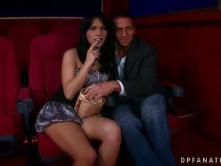 Amabella jāšanās two guys uz the kinoteātris