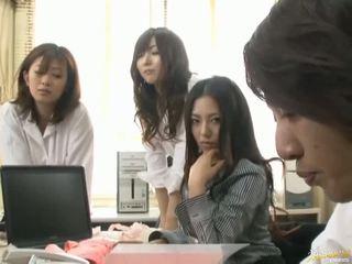 Japans av model is gedwongen naar hebben seks