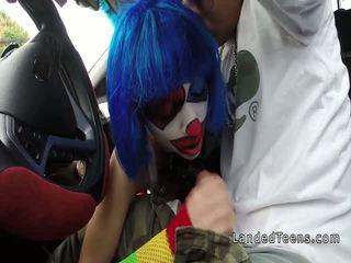 Clown ado suçage énorme bite en la voiture