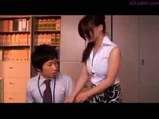 חזה גדול משרד גברת עם משקפיים getting שלה פטמות rubbed nippl