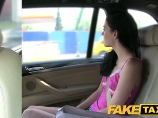 Fake taxi brunette screams op groot lul