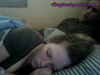 Nykiminen se kun taas hän sleeps till hän cums päällä hänen fa