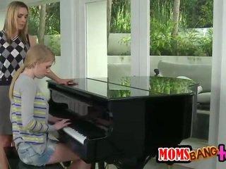 Bossy пиано учител милф spanks тийн дупе