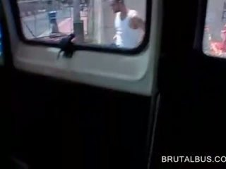 Topless brunette plays met piemel in de seks bus