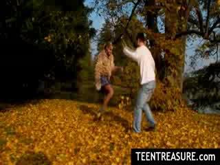 Mazulīte pāris skūpstošie uz park par jauks autumn diena