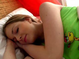 Sleepy bionda pollastrella masturbates in il stanza da letto