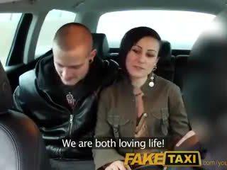Faketaxi moi joindre en chaleur marié couple pour an impressionnant plan a trois