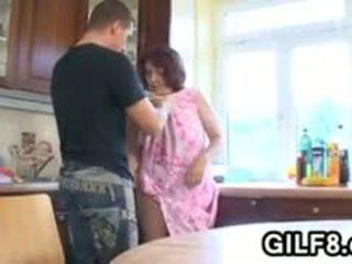Χοντρός/ή γιαγιά having σεξ σε ο κουζίνα