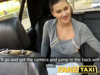 Faketaxi siège arrière sexe sur public roadside