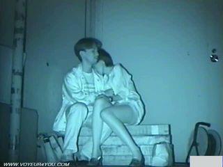 Couple baise en sombre rue park