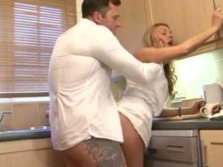 Britannique blonde salope gets baisée en la cuisine
