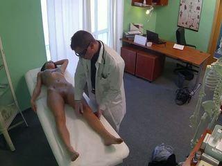 Wondermooi pole dancer geneukt door dokter in fake
