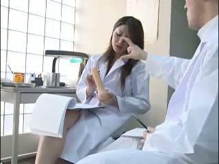 Seksikäs japanilainen lääkäri gives hänen colleague a bj