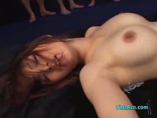 Rondborstig aziatisch meisje geneukt door veel guys in masks creampies op de mattress in de kerker