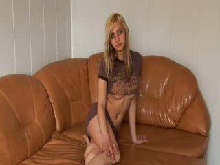 Rusiškas princesė stripping apie the sofa