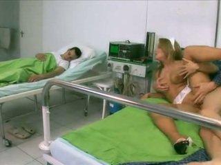 Seksuālā medmāsa uz veļa līdz a pacients