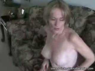 Mama lets žingsnis sūnus padaryti jos kūnas