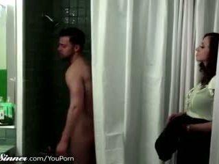 Nevlastná mana waits pre syn v the sprcha