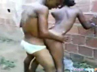 2 africanos fodendo a garota em um beco