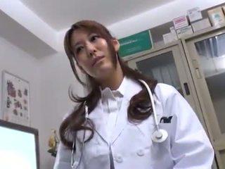 Bigtitted austrumnieki ārsts has shaged uz viņai consulting istaba