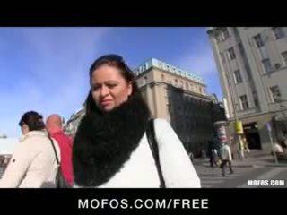 シャイ & セクシー チェコ語 ブルネット ある paid のために いくつかの ホット 公共 セックス