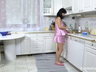 漂亮 & 孕 孩儿 fucks 在 该 厨房