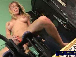 Allison rides difícil em monkey rocker máquina