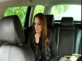 Грудаста брюнетка fucks великий хуй в fake taxi