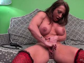 Brandimae pumps her big muscle klitoris