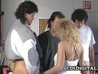 Samantha sterk blondine babe zuigen drie cocks