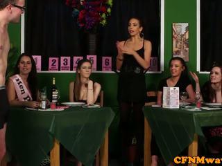 Dominasi perempuan wanita berpakaian dan lelaki bogel/ cfnm reverse geng bang kepada waiters