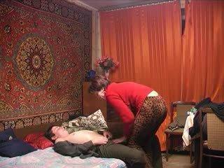 俄 成熟 媽媽 和 她的 男孩! 業餘!