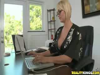 Blond vollbusig mrs. julies