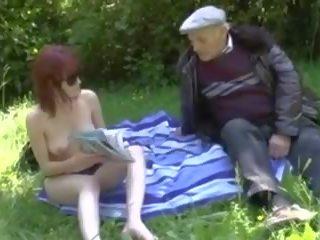पुराना आदमी फक्किंग युवा स्लट में एक meadow, पॉर्न f0