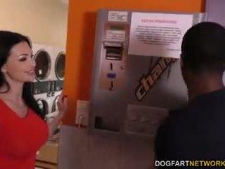 Aletta ocean does göte sikişmek in the laundromat