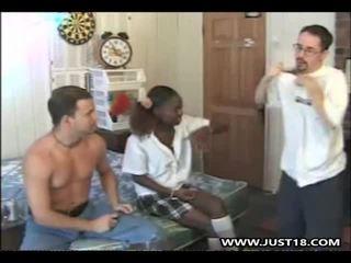 Ebony schoolmeisje getting interraciaal trio