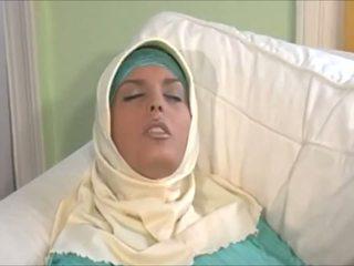 Trullosëse muslima në hijab me i madh trup është një sexaddict