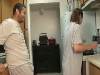 哥 和 sister 口交 在 该 厨房