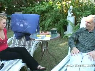 Victoria blank haar friends oud daddy uit in de tuin
