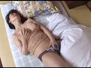 Japonská maminka masturbating po sledování porno video