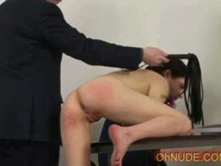 Sexy brunette schoolmeisje stripped en spanked